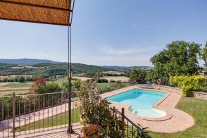 A view of the pool at Umbria Country Shelter or nearby