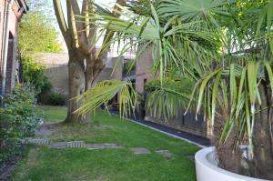A garden outside Au Cœur du Jardin