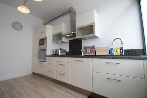 A kitchen or kitchenette at Cozy Select