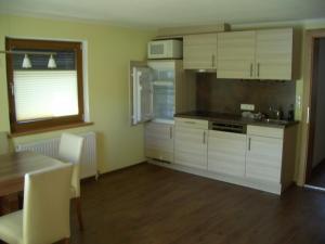 A kitchen or kitchenette at Haus Fender