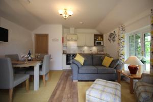 A kitchen or kitchenette at Almond Tree Cottage