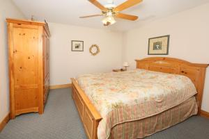 A bed or beds in a room at Apple Blossom (#10) - Two Bedroom