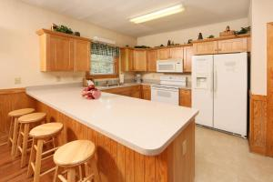 A kitchen or kitchenette at Apple Blossom (#10) - Two Bedroom