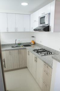 A kitchen or kitchenette at Apartamento en Cali
