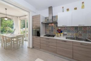 A kitchen or kitchenette at Casa Amelia