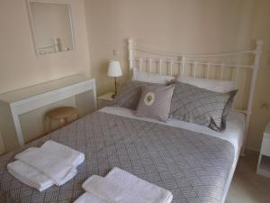 A bed or beds in a room at Socrates Family Apartments