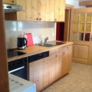 Cuisine ou kitchenette dans l'établissement Appartement La Croix