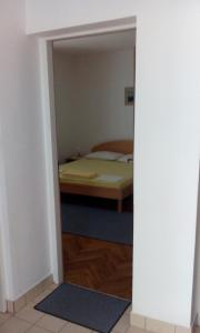 A bed or beds in a room at Nataša apartman
