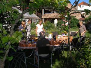 A restaurant or other place to eat at Gästehaus im Malerwinkel-Rhodt