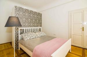 A bed or beds in a room at Elegant Central Apartment