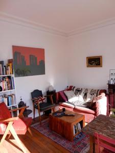 A seating area at Beau 2 pieces avec balcon Paris parc des Buttes chaumont