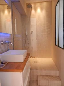 A bathroom at Beau 2 pieces avec balcon Paris parc des Buttes chaumont