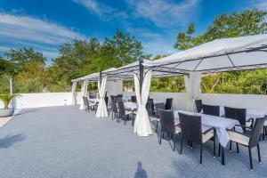 Restorāns vai citas vietas, kur ieturēt maltīti, naktsmītnē Luxury Apartments Villa Morea