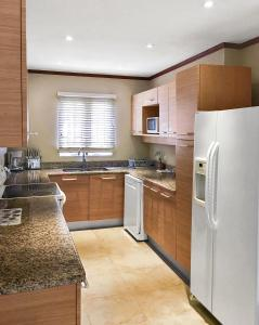A kitchen or kitchenette at Sunset Villa