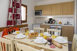 Cuisine ou kitchenette dans l'établissement Résidence Odalys Les Lumières de Neige