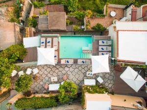 Vista sulla piscina di Villa Degli Dei Luxury House o su una piscina nei dintorni