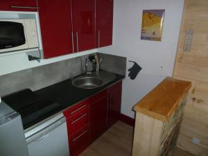 A kitchen or kitchenette at Appart Eterlou Chamrousse
