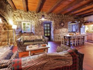 Coin salon dans l'établissement Holiday home La Montagne
