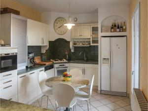Cuisine ou kitchenette dans l'établissement Five-Bedroom Holiday Home in Annonay