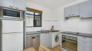 A kitchen or kitchenette at Apartment Pacific Hwy Crows Nest SANT4