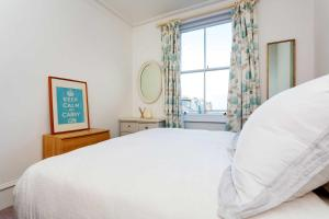 A bed or beds in a room at Veeve - Charming Fulham flat