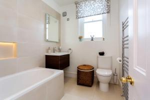 A bathroom at Veeve - Charming Fulham flat