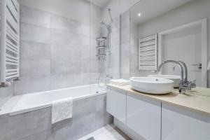 A bathroom at Executive Suites Moko
