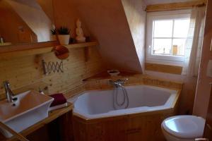 A bathroom at Ferienwohnung Geiernest