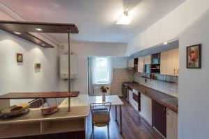 A kitchen or kitchenette at Neumarkt Family Apartment