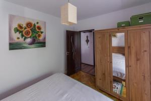 A bed or beds in a room at Neumarkt Family Apartment