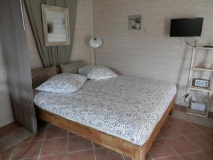 A bed or beds in a room at La Galerne
