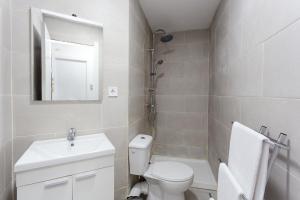 A bathroom at Charming 3bed Torrassa Metro