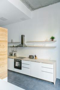 A kitchen or kitchenette at Modern Design Apartment