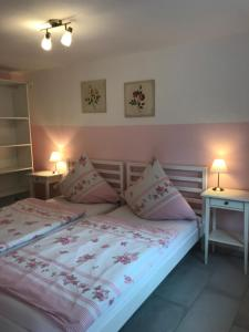 Ein Bett oder Betten in einem Zimmer der Unterkunft Ferienwohnung Roxana