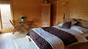 A bed or beds in a room at The Cabin @Tenacre