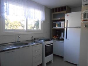 A kitchen or kitchenette at 335 Triplex 8 pessoas wifi