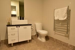 A bathroom at Epsom Apartments