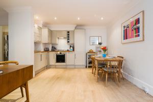 A kitchen or kitchenette at The Talbot Road Gem
