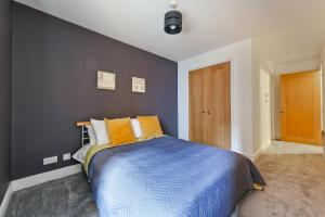 A bed or beds in a room at Modern Apartment near St Pauls Cathedral