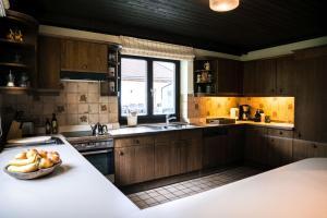 A kitchen or kitchenette at Steinberghaus Ferienhaus