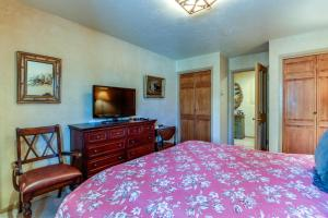 A bed or beds in a room at Vail Village Condo