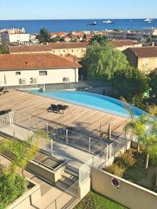 Ein Blick auf den Pool von der Unterkunft Art de vivre oder aus der Nähe