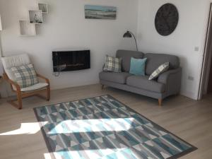 A seating area at Marine Terrace Apartments