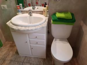 A bathroom at Apartment & beach