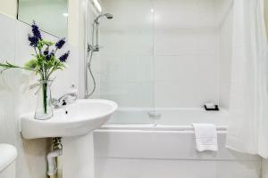 A bathroom at Mica Point City Centre Apartment