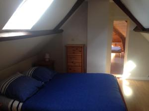 A bed or beds in a room at La Maison du pecheur