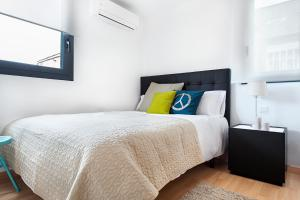 A bed or beds in a room at Apartments Barcelona & Home Deco Eixample