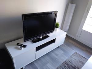 A television and/or entertainment center at Apartamento Hortaleza (IFEMA- aeropuerto)