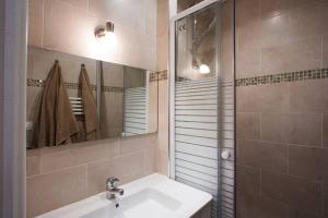 Ein Badezimmer in der Unterkunft CMG Marais _Blancs Manteaux