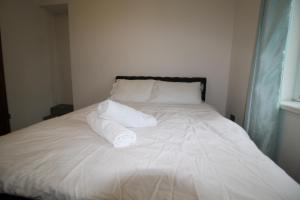 A bed or beds in a room at Oakfield Street Apartment Cardiff
